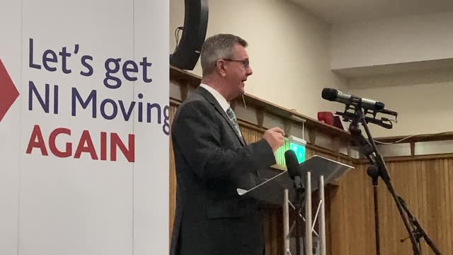 leader sir jeffrey donaldson arrives at la mon hotel to deliver a key note speech on the northern ireland protocol, plus cutaways from his speech. - democratic unionist party stock videos & royalty-free footage