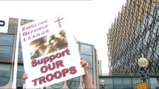 vídeos y material grabado en eventos de stock de edl leader tommy robinson quits group t20071309 / tx birmingham edl supporter holding up 'support our troops' placard various shots of edl supporters... - placard