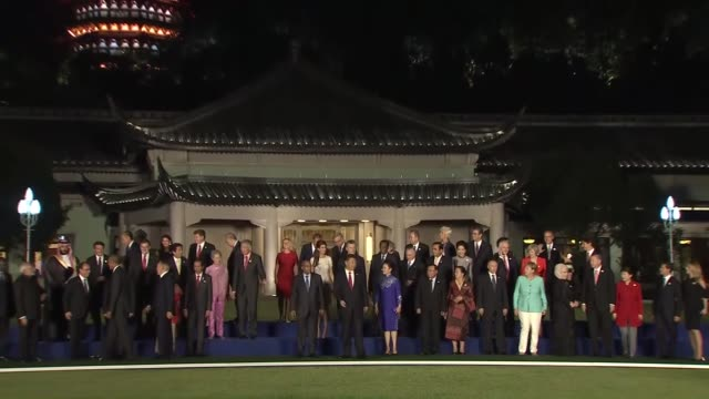 g20 leaders and their spouses pose for a group photo prior to a dinner banquet during the g20 summit in hangzhou china on september 4 2016 the 11th... - g8:s toppmöte bildbanksvideor och videomaterial från bakom kulisserna