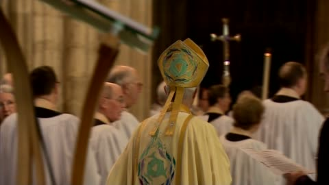 leaders condemn persecution of christians in easter messages; england: kent: canterbury: int procession along in canterbury cathedral during easter... - gottesdienst stock-videos und b-roll-filmmaterial