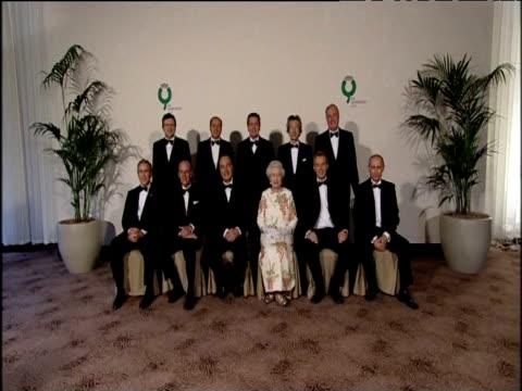 vídeos de stock, filmes e b-roll de leaders of g8 summit pose for official photograph with queen elizabeth ii at gleneagles hotel scotland 06 jul 05 - primeiro ministro