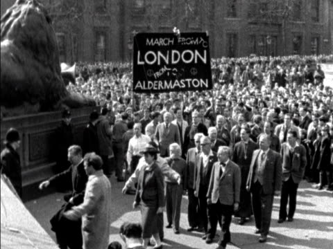 leaders of the aldermaston antinuclear weapons march arrive at trafalgar square - trafalgar square stock-videos und b-roll-filmmaterial