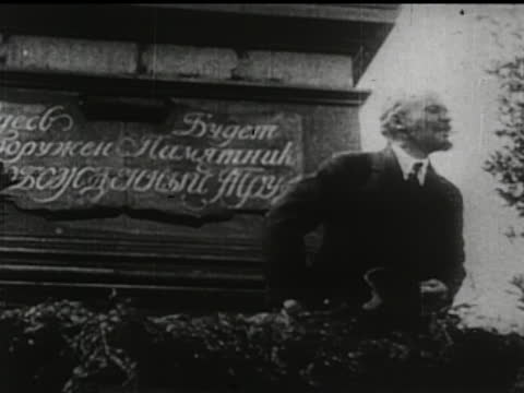 vídeos de stock e filmes b-roll de leaders of the soviet union - montage of lenin talking and giving speeches, trotsky, stalin. - anticomunismo