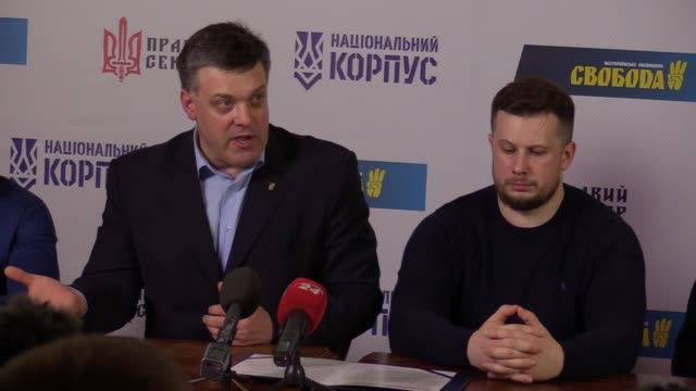 stockvideo's en b-roll-footage met leaders of ukrainian nationalists parties andriy biletsky and oleg tyagnybok speaks with journalists after signing the national manifesto in kiev... - manifest