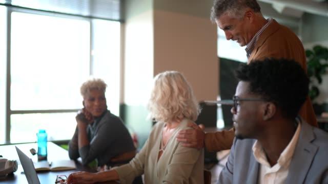 vídeos de stock, filmes e b-roll de empresário da liderança chegando em reunião de equipe - respect