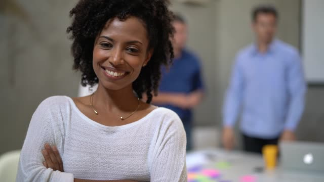 vídeos de stock, filmes e b-roll de retrato de mulher de negócios liderança no encontro de negócios - atitude