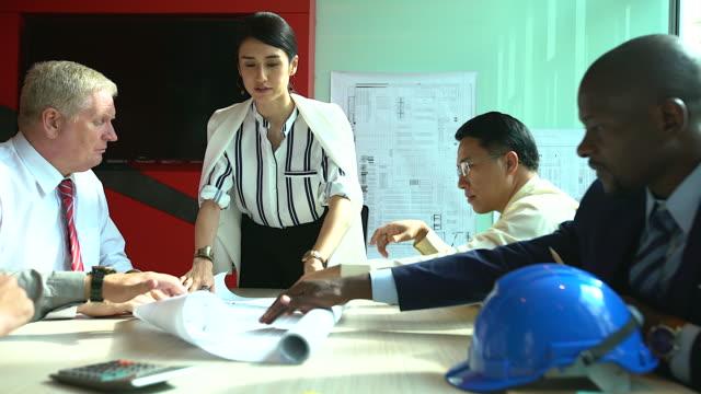 Führung Geschäftsfrauen in der Tagung zu präsentieren. Multi-ethnischen Gruppe von Menschen aufmerksam Geschäftsleute in Meeting im Büro. Brainstorming-Konzept.