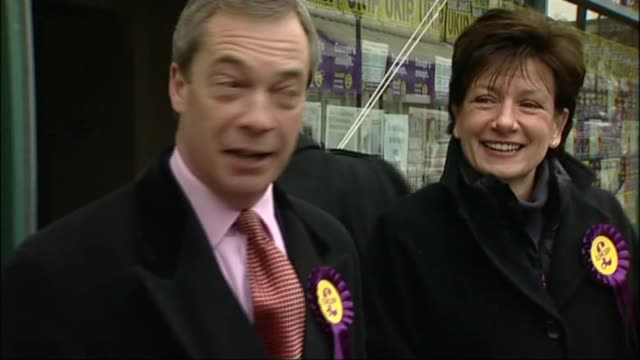 steven woolfe excluded / three members of ruling body resign in protest t27021317 / tx hampshire eastleigh farage posing with diane james dog wearing... - diane james politik stock-videos und b-roll-filmmaterial