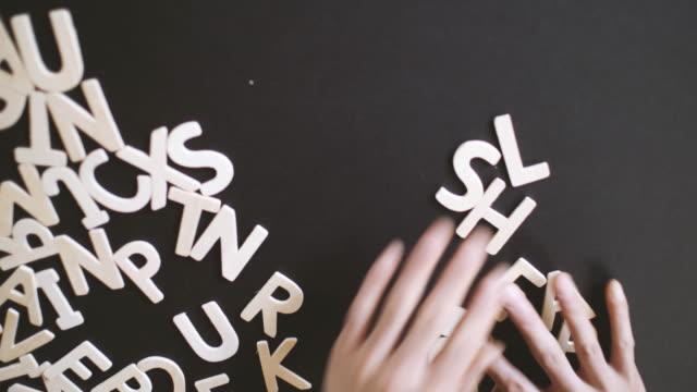 vidéos et rushes de leadership orthographié en bois alphabet et se désintègrent il - lettre de l'alphabet