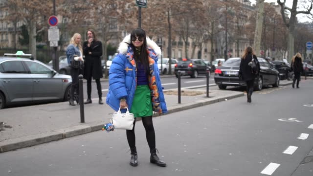 vídeos y material grabado en eventos de stock de leaf greener wears sunglasses a blue puffer coat a white berluti bag a green skirt black leather shoes outside acne during paris fashion week... - falda