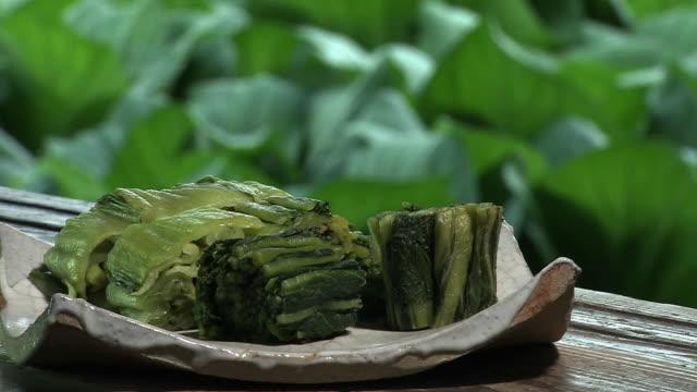 leaf vegetable, hiroshimana, and its pickles, japan - アブラナ科点の映像素材/bロール