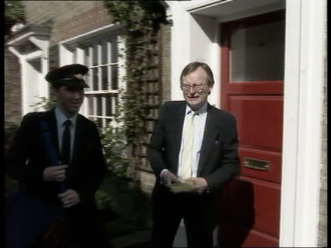 leaflet row; westminster bv john gummer mp & postman putting) leaflet thru letterbox & along - letterbox stock-videos und b-roll-filmmaterial