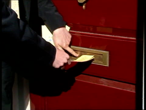 leaflets row; england: greenwich john gummer mp delivering poll tax leaflet thru letterbox - postman poses next leaflet pushed thru letterbox gummer... - letterbox stock-videos und b-roll-filmmaterial