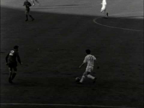 vídeos de stock, filmes e b-roll de league cup 1967 qpr v west bromwich albion england london wembley gv qpr attack west brom goalie collides with qpr player lazarus scores at unguarded... - imagem tonalizada