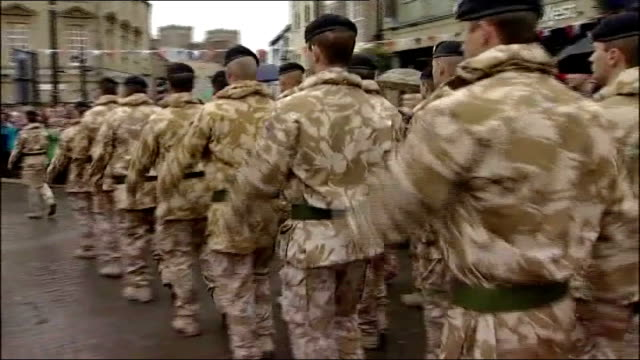 leaked letter from secretary of defence about spending cuts in his department yorkshire ripon ext soldiers from 21 engineer regiment marching through... - segretario della difesa video stock e b–roll