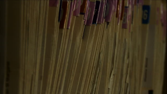 vídeos de stock e filmes b-roll de leaning file folders line a shelf. - pasta