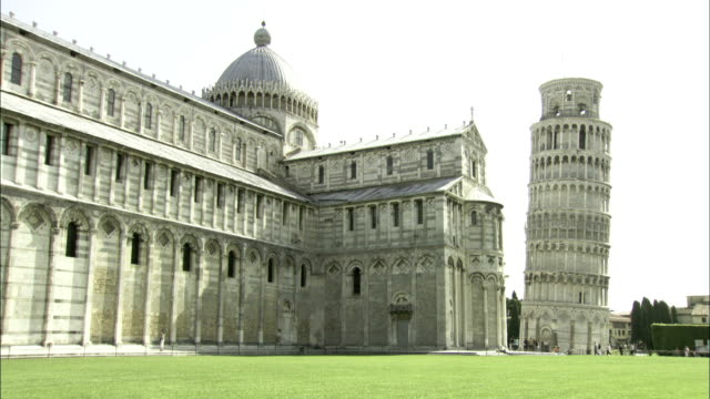 leaning tower of pisa in pisa's cathedral square. available in hd. - pisa cathedral stock videos & royalty-free footage