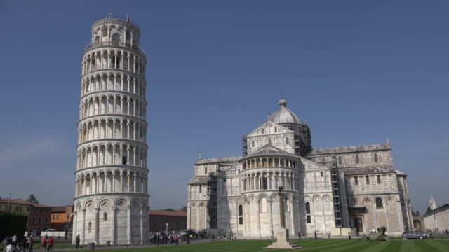 leaning tower of pisa with cathedral santa maria assunta - unesco welterbestätte stock-videos und b-roll-filmmaterial