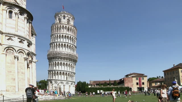WS Leaning tower of Pisa with tourists / Pisa, Italy