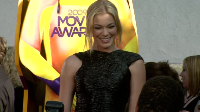 leann rimes at the 18th annual mtv movie awards at universal city ca. - mtvムービー&tvアワード点の映像素材/bロール