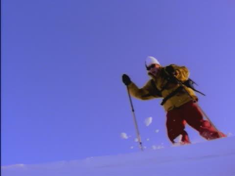 vídeos de stock e filmes b-roll de leaping snowshoer - bastão de esqui