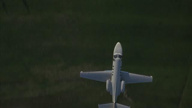 vidéos et rushes de a lear jet lands on a runway. - piste d'envol