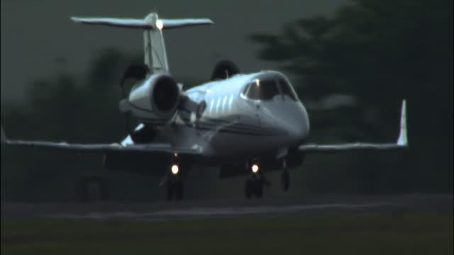 vidéos et rushes de ws learjet landing at airport/ florida - piste d'envol