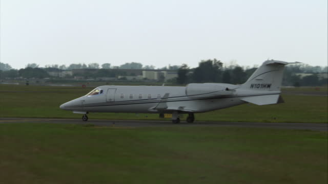 ws pan zo learjet taxiing at airport/ florida - taxiing stock videos & royalty-free footage