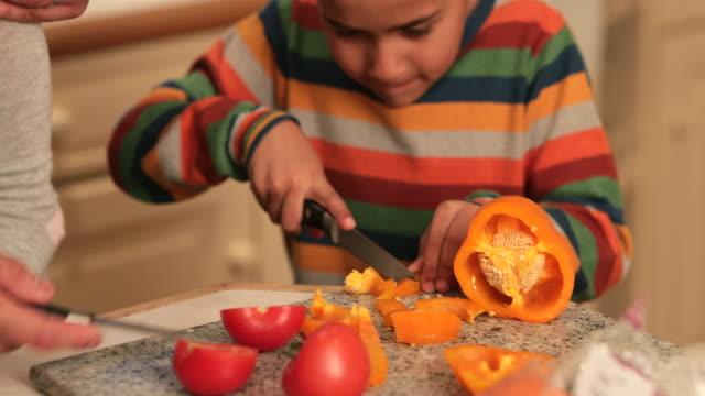 lernen, wie man gemüse hackt - orangefarbige paprika stock-videos und b-roll-filmmaterial