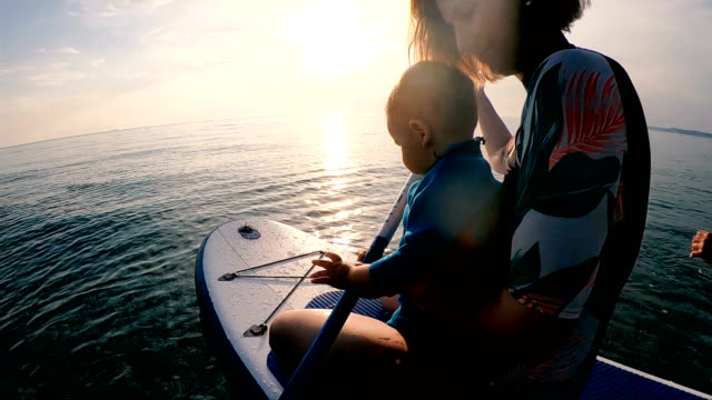learning how to ride paddle board - avventura video stock e b–roll
