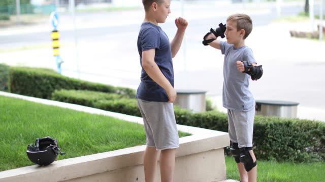 lernen neue fähigkeiten - kind im grundschulalter stock-videos und b-roll-filmmaterial