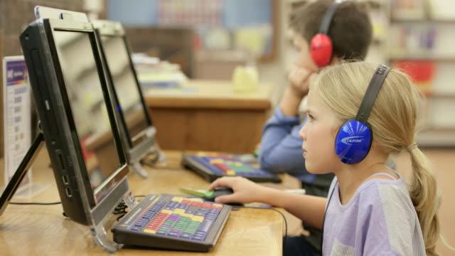 コンピューターの学習 - 公共図書館点の映像素材/bロール