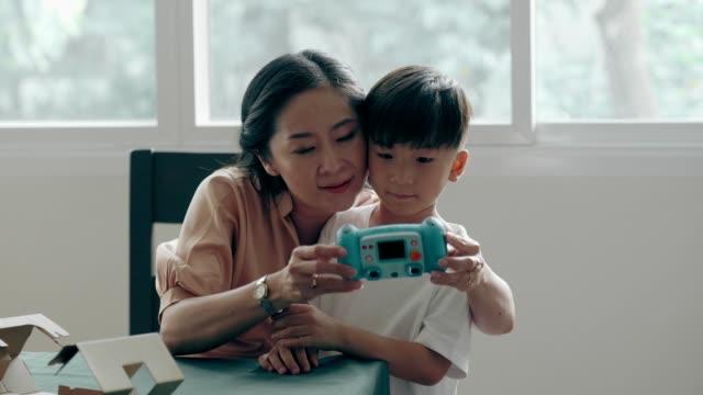 祖母の写真撮影を学ぶ - カメラ点の映像素材/bロール