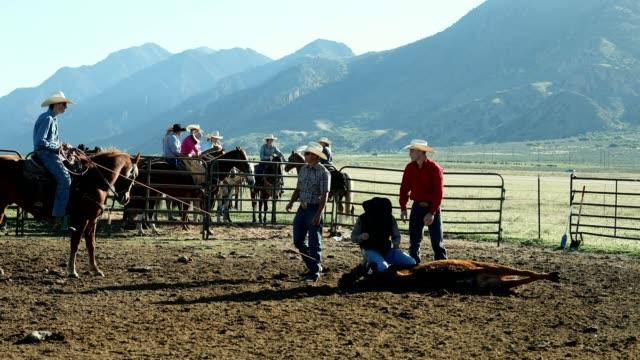 Erlernen der Seile: junger Cowboy lernt Farmleben auf der Ranch