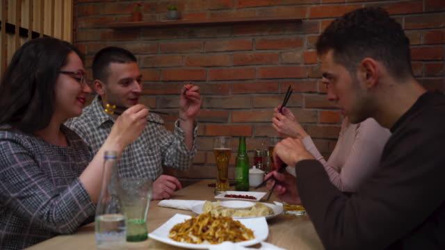 att lära sig att äta med pinnar - kinesisk kultur bildbanksvideor och videomaterial från bakom kulisserna