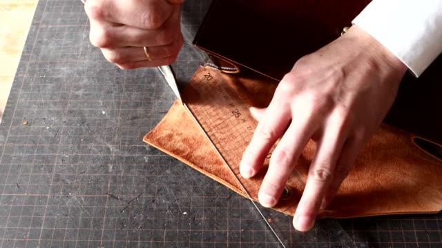 stockvideo's en b-roll-footage met leather craftsman cutting material - kwaliteit