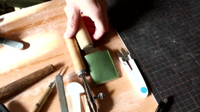 leather craftsmen lining up tools - 作業道具点の映像素材/bロール