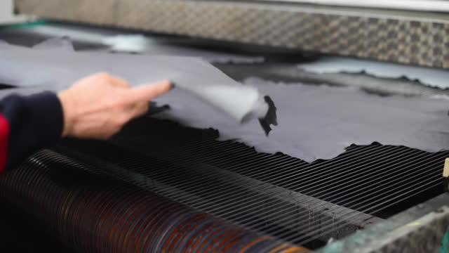 vídeos y material grabado en eventos de stock de cuero se ve en un taller de teñido en una fábrica de cuero - cuero