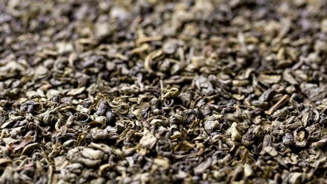 Foglie di tè verde sono cubi nell'heap.