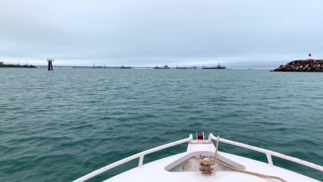 vidéos et rushes de quitter dalrymple bay en bateau - terre en vue
