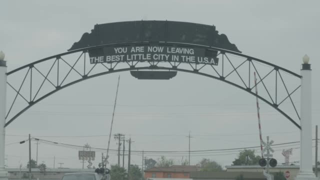 stockvideo's en b-roll-footage met leaving fresno sign, slow motion - fresno californië