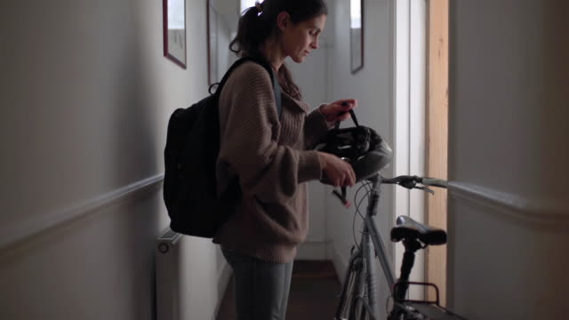 vídeos de stock e filmes b-roll de leaving home with bike - ciclismo