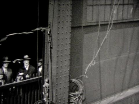 vidéos et rushes de 1930 leaving ny harbor, pov ship - navire