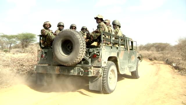 leaving site on a truck at the kenyan border with somalia kenyan soldiers on december 31 2011 in liboi kenya - 士兵 陸軍 個影片檔及 b 捲影像