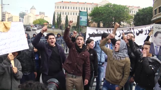 lebanese antigovernment protesters clash with policemen outside the environment ministry in support of activists who were detained after staging a... - 対決点の映像素材/bロール