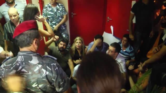 vídeos de stock e filmes b-roll de lebanese police try to persuade the protesters in a hallway during a sitin at lebanese ministry of environment building to demand the minister's... - persuasão