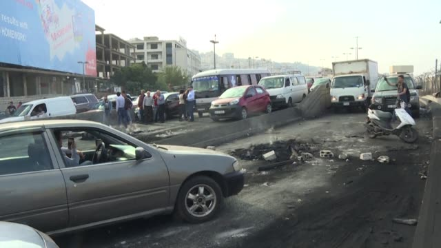 lebanese protesters demanding a radical overhaul of the political system block roads in chouaifet southeast of beirut as anger surges after reports... - prime minister bildbanksvideor och videomaterial från bakom kulisserna