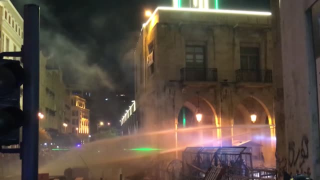 vidéos et rushes de lebanese riot police try to disperse protesters during the anti-government protest outside the parliament building in beirut, lebanon on january 19,... - bâtiment du parlement