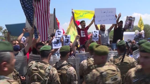 vídeos de stock e filmes b-roll de lebanese supporters of hezbollah and the communist party hold a protest at the entrance of beirut's international airport to denounce the visit of... - ministério da defesa dos estados unidos