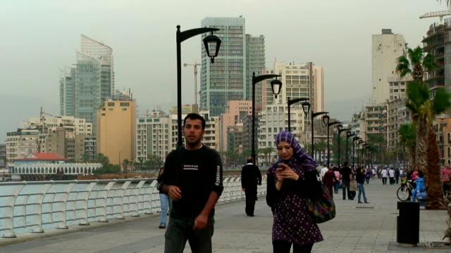 lebanon, beirut (beyrouth), people walking along the corniche - 中東点の映像素材/bロール